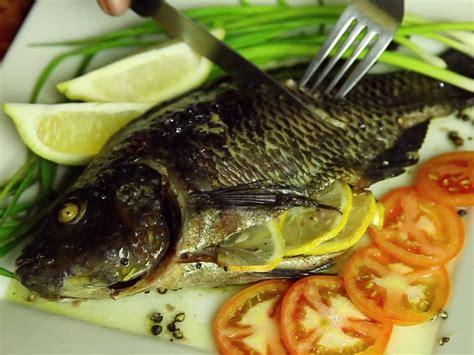 comment cuisiner le poisson 4 ères de cuisiner un poisson au four wikihow