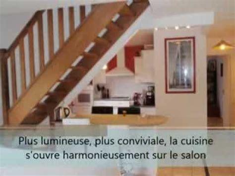 escalier entre cuisine et salon ouverture cloisons cuisine américaine salon séjour espace