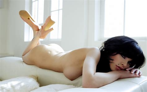 Nude Pic Of Gorgeous Brunette Bluemaize