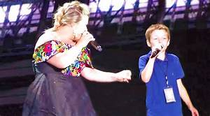 """Kelly Clarkson Invites Young Son Onstage For """"Uptown Funk ..."""