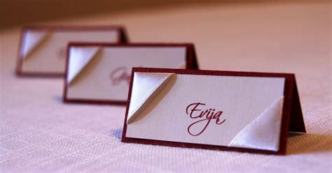 Svinībām: Eleganti ielūgumi un galdu kartes..