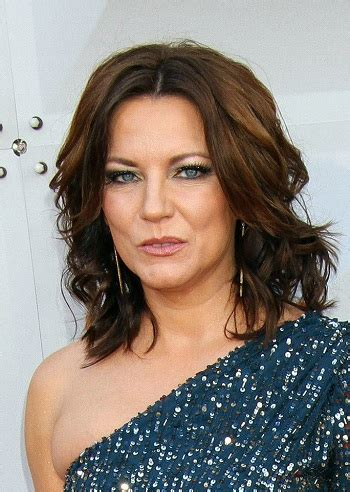 hairstyles martina mcbride medium curled hairstyle
