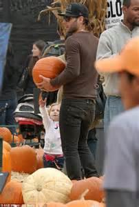 Johnson Brothers Pumpkin Patch by 5ft5 Johnny Galecki Impresses Girlfriend Kelli Garner By