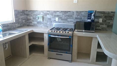 Mr Repara: Cocina en departamento con cubierta y muros de