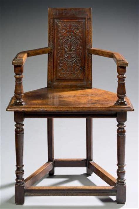 chaise 192 bras trapezoidale dite aussi caquetoire bois de noyer h 113