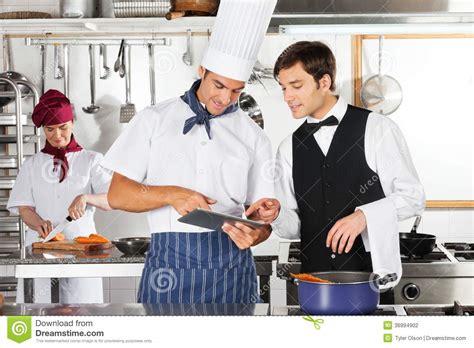 un chef dans votre cuisine tablette d and chef using digital de serveur dans la cuisine photographie stock image 36994902