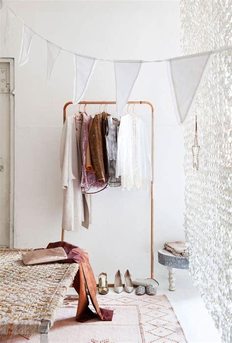 kledingrek schuine wand koperen kledingrek inrichting huis