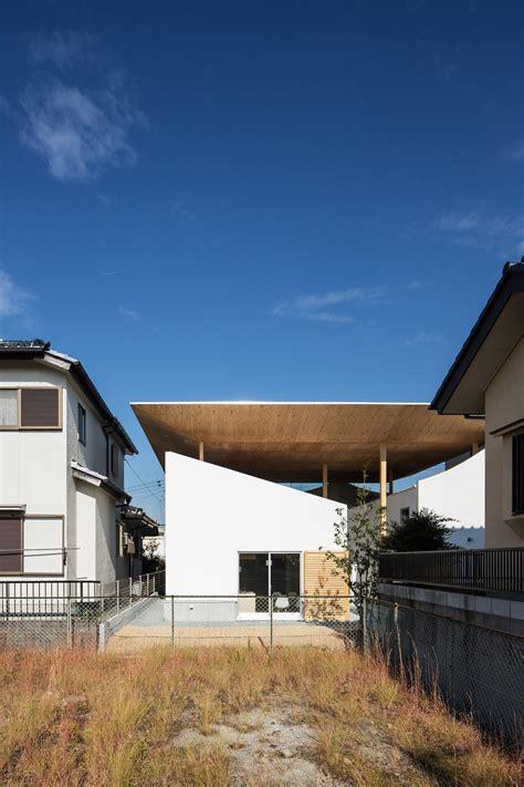 ym design office   floating roof house  kobe