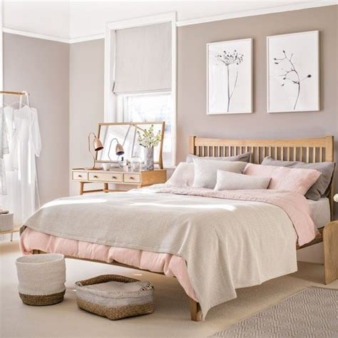 Schlafzimmer Accessoires by Pale Pink Bedroom With Wooden Furniture And Woven