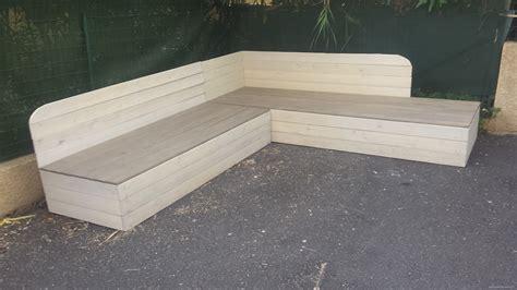 canapé en palette en bois banquette de jardin en bois de récupération et sa table
