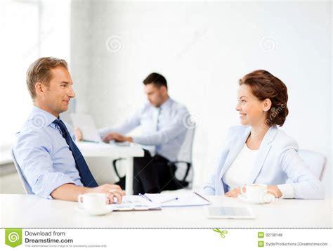 homme et femme discutant quelque chose dans le bureau