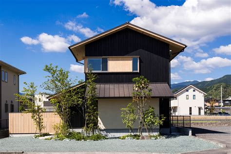 Modernes Japanisches Haus takashi okuno designs a house that allows the owners to