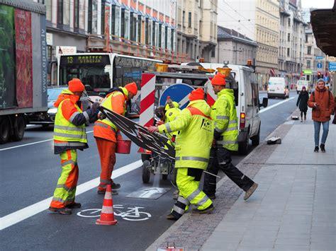 Čaka ielas jaunais veidols pret ārprātu uz Rīgas ietvēm ...