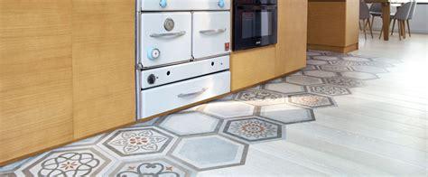 cuisine rustique mixer carrelage et parquet pour délimiter un espace