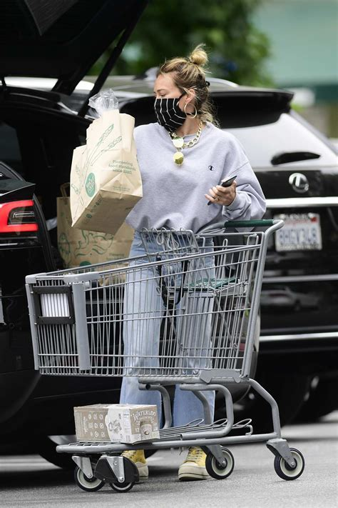 hilary duff puts on her mask before picking up groceries ...