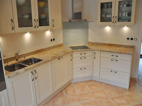 hauteur credence cuisine intérieur granit plan de travail en granit madurai gold