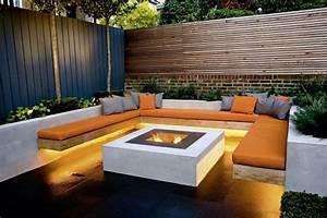 moderner garten mit moderner lounge ecke feuerstelle und With feuerstelle garten mit sichtschutz balkon rattan