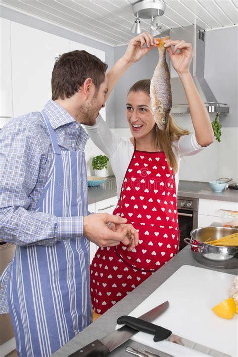 amour dans la cuisine les couples dans l 39 amour faisant cuire ensemble dans la