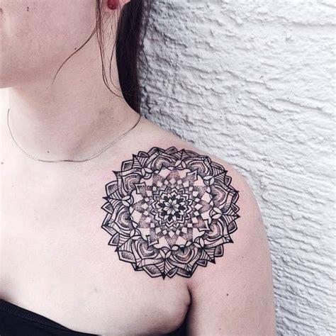 tatouage femme epaule mandala