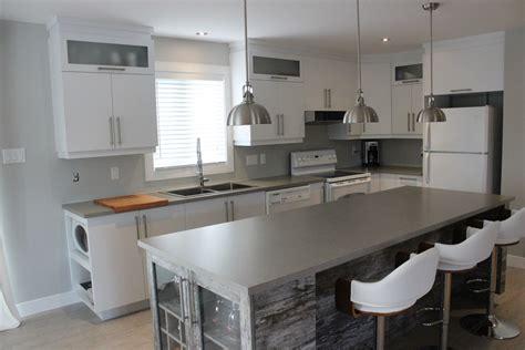 armoires de cuisine en polymère blanc et îlot mélamine