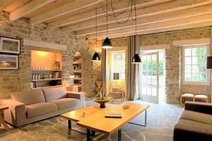 un salon cosy et lumineux fenetre design et poutres With idee deco pour maison 0 maison deco et cosy 4