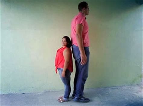 8foot Tall Man Marries Woman Almost 4 Feet Shorter Wow