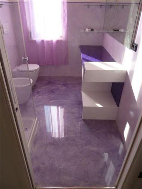 piastrelle bagno lilla pavimenti in resina resine design