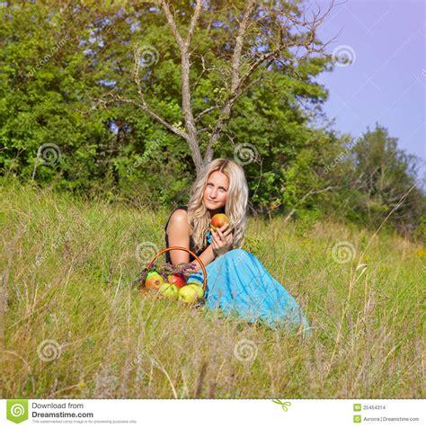Blonde Frau Im Garten Mit Äpfeln Stockfoto  Bild Von Frau