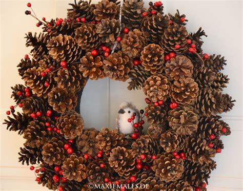 basteln mit tannenzapfen weihnachten t 252 rkranz aus tannenzapfen basteln mit kindern maxiemales herbst oder basteln