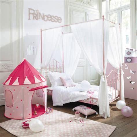 chambre avec lit baldaquin decoration et mobilier chambre de fille baldaquin lit