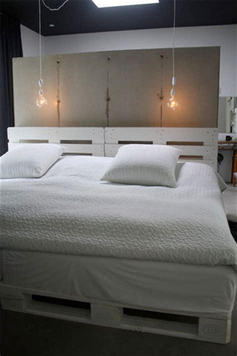 chambre en palette chambre dans loft lit palette bois blanc
