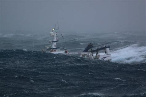 Hurricane Deck Boat On Choppy Water by Angry Sea Photos The Hull Boating And Fishing