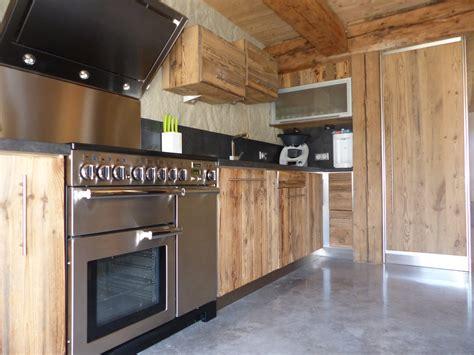 cuisine avec piano de cuisson écrin de bois création conception et aménagement en vieux