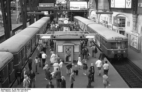 Das Tor Alles Ueber Die Oeffnung Im Zaun by S Bahn Hamburg Gmbh