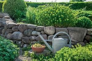 Gartengestaltung Mit Findlingen : gartenmauer planen bauen und tipps mein sch ner garten ~ Whattoseeinmadrid.com Haus und Dekorationen