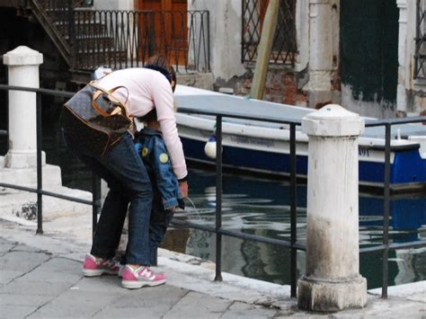 donne in bagno a fare pipi gita a venezia per i bimbi della scuola primaria la pip 236
