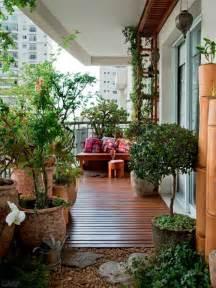 holzboden fã r balkon balkon sichtschutz mit pflanzen natur pur auf dem balkon