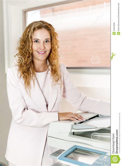 photocopieur bureau femme d 39 affaires à l 39 aide du photocopieur dans le bureau