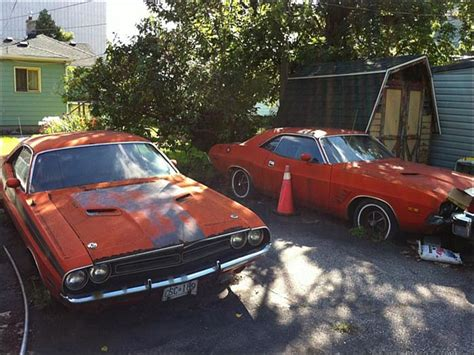 Two Vintage Dodge Challengers Were Spotted Chilling In An