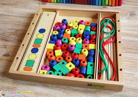 jeu en bois permettant d enfiler des perles en suivant un mod 232 le