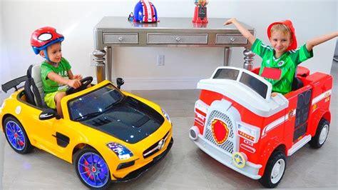 Dan Nikita Menunjukkan Mainan Mobil Rumah Baru