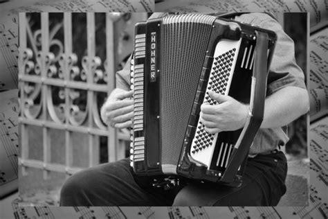 Alat musik melodis dikelompokkan jadi beberapa jenis. Alat Musik Melodis : Pengertian, Contoh Alat & Cara Memainkannya
