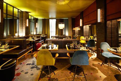 siege de bar ambiance rétro chic pour le restaurant le 107 à neuilly