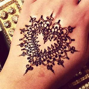 9 Trending Heart Shaped Mehndi Designs With Pictures ...