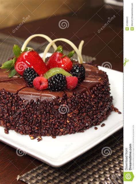 decoration gateau avec chocolat g 226 teau de chocolat avec la d 233 coration de fruit frais photo stock image 41498441