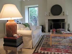 une grange du perche rehabilitee en maison de campagne With tapis kilim avec jetés de canapés originaux