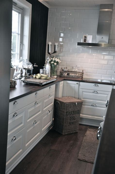how to make kitchen cabinets shine the white cabinets with silver the shiny white tiles 8748