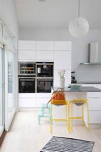 Petit Bar Cuisine : design interieur petite cuisine moderne blanche bar petit dejeuner chaises bar jaunes tapis ~ Teatrodelosmanantiales.com Idées de Décoration