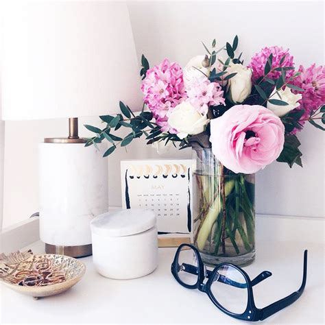 Office Desk Flowers by Best 25 Desk Styling Ideas On