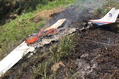 A menos de una semana cuando murieron tres personas en un accidente aéreo en cercanías a bogotá, éste domingo se registró uno nuevo cuando una avioneta quedó destruida y su única ocupante se salvó. Tres personas mueren en accidente aéreo en Quiché   Publinews